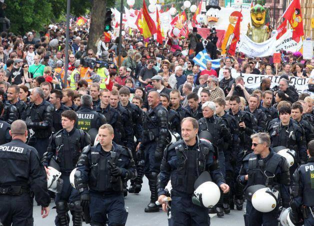 Resultado de imagen para policias alemanes se unen a manifestantes